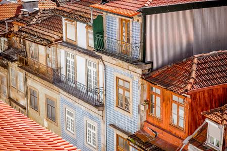 Hoogste mening over de mooie oude de bouwvoorgevels met beroemde Portugese tegels op de straat in de oude stad van Porto stad, Portugal