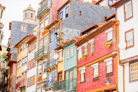 Straatmening over de mooie oude gebouwen met Portugese tegels op voorgevels in Porto stad, Portugal Stockfoto
