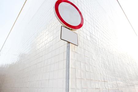 Verboden verkeersbord op de witte muur hoek achtergrond