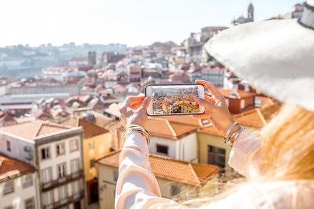 포르투갈 도시 포르토 도시의 오래 된 마을에서 전화 풍경 사진 촬영 여자