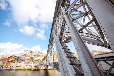 Landschapsmening over de beroemde ijzerbrug in Porto stad, Portugal