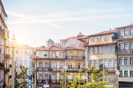 Uitzicht op de prachtige oude gebouw gevels met beroemde Portugese tegels op de straat in de oude stad van Porto stad, Portugal