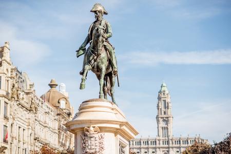 Mening over het standbeeld van Koning Peter op het Vrijheidsvierkant in Porto stad, Portugal