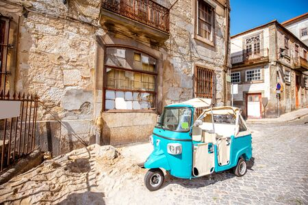 Old tourist motorbike on the street in Porto city, Portugal 版權商用圖片 - 89949662