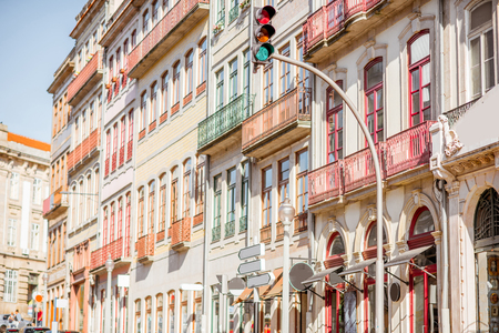 Straatmening over de mooie oude gebouwen met Portugese tegels op de voorgevels in Porto stad, Portugal