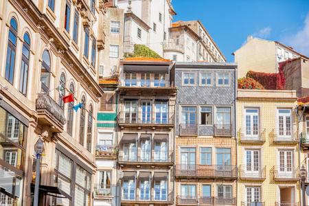 Mening over de mooie oude de bouwvoorgevels op de straat in de oude stad van Porto stad, Portugal Stockfoto
