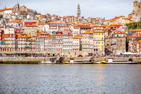 ポルト、ポルトガルの美しい古い建物で川沿いの景観