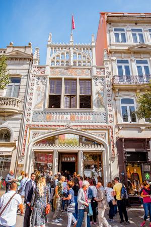 ポルト, ポルトガル - 2017 年 9 月 24 日: 観光客が待っている入り口 Lello 書店正面観ポルトガルで最も古い書店の一つです。