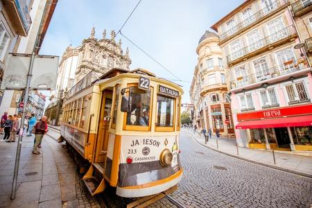 ポルト市のレトロな観光トラムとポルト, ポルトガル - 2017 年 9 月 25 日: ストリート ビュー