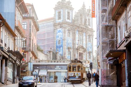 レトロな観光トラムとポルトのポルトガル タイルで美しい教会ポルト, ポルトガル - 2017 年 9 月 25 日: ストリート ビュー
