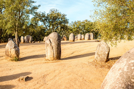 Zonsopgangmening over de menhirsstenen in megalitisch monument van Cromelech-Dos Almendres in Portugal Stockfoto - 90522756