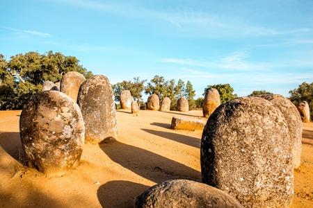 Cromelech 巨石記念碑 dos ポルトガルのアルメンのメンヒル石の上の日の出