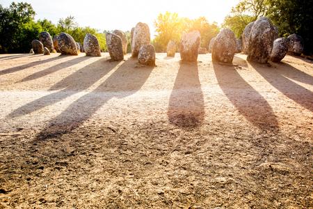 ポルトガルのクロメレフ・ドス・アルメンドレスの巨石碑のメンヒル石の日の出の眺め 写真素材 - 90522763