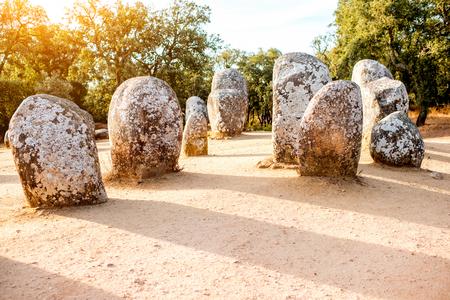 ポルトガルのクロメレフ・ドス・アルメンドレスの巨石碑のメンヒル石の日の出の眺め 写真素材