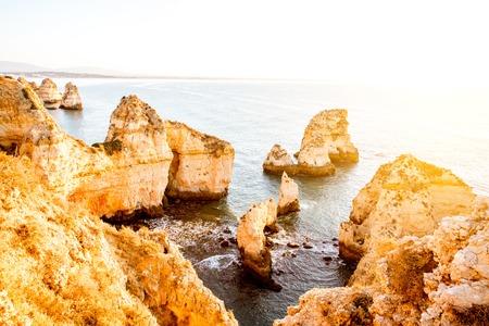 ポルトガル南部のラゴス市近くのポンタ・ダ・ピエダーデの岩の海岸線の美しい風景