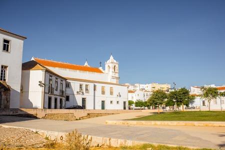 南ポルトガルのラゴスのサンタマリア教会と旧市街の中心に都市景観ビュー