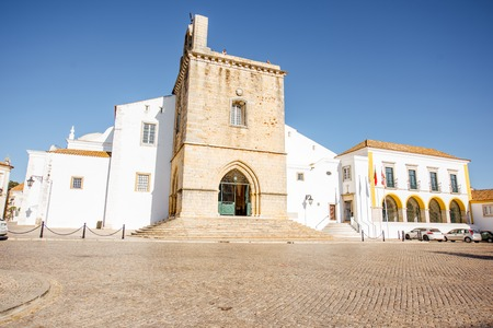 View on the central cathedral in Faro old town on the south of Portugal Foto de archivo - 90527926