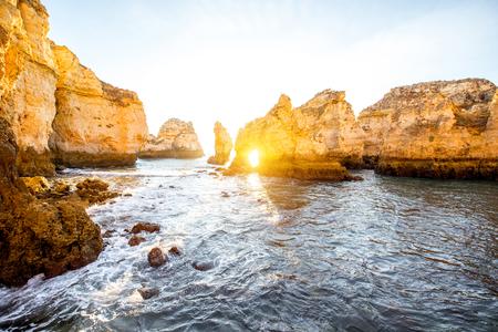 ポルトガル南部のラゴス市近くの日の出の間にポンタ・ダ・ピエダーデの岩の海岸線の美しい風景