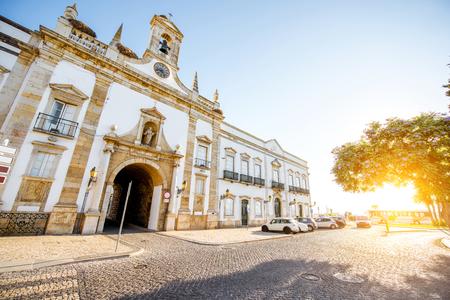 ポルトガル南部のファロ旧市街のシダーデアーチの眺め 写真素材