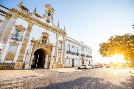 View on the Cidade arch in the old town of Faro on the south of Portugal Foto de archivo - 91599895