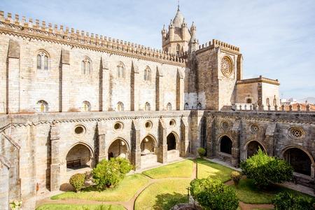Mening over de binnenplaats van de oude kathedraal in de stad van Evora in Portugal