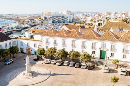 Vista dall'alto di paesaggio urbano sulla città vecchia con i bei tetti a Faro, nel sud del Portogallo Archivio Fotografico