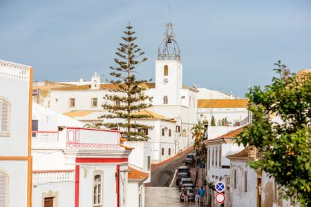 아름 다운 하얀 집들과 포르투갈의 남쪽 Albufeira 도시에 교회와 구시 가지 풍경보기