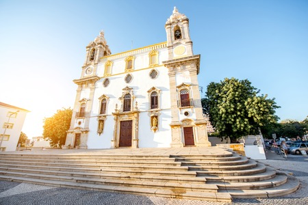 View on the facade of Carmo church in Faro city on the south of Portugal Foto de archivo - 90469528