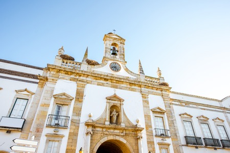 View on the Cidade arch in the old town of Faro on the south of Portugal Foto de archivo - 90527931