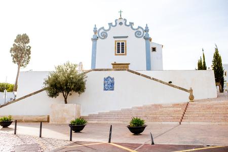 포르투갈의 남쪽 Albufeira 도시에서 세인트 안 나 교회와 오래 된 마을 풍경보기