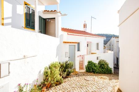 ポルトガル南部の日の出の間に白い家を持つ典型的な村