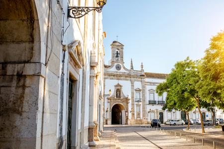 Vista da rua com a fachada do arco da cidade na cidade velha de Faro, no sul de Portugal Foto de archivo - 91600684