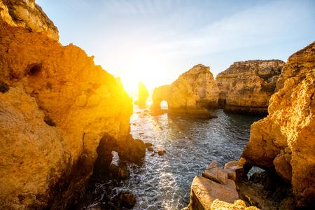 南ポルトガルのラゴス市付近、日の出の間ポンタダピエダデの岩の多い海岸線の美しい景観