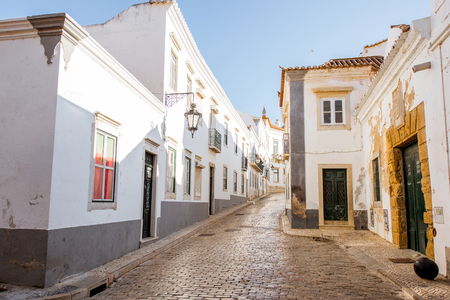 Street view with white houses in the old town of Faro on the south of Portugal Foto de archivo - 90469533