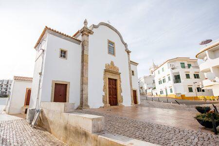 ポルトガル南部のアルブフェイラ市の美しい白い家と教会のある旧市街の街並み図 写真素材