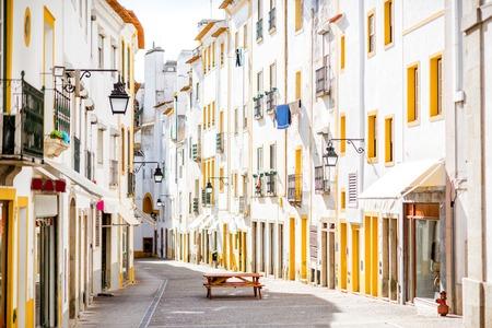 vue sur la rue avec de beaux bâtiments résidentiels anciens dans la ville de evora au portugal