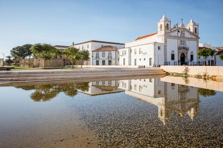 ポルトガル南部のラゴスにあるサンタ・マリア教会のある旧市街の中心部の街並み図
