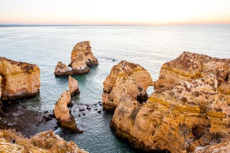 포르투갈의 남쪽에 라고스 도시 근처 Ponta 다 Piedade에 바위 해안선에 아름 다운 풍경보기
