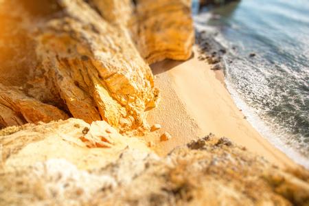 ポルトガルのラゴス市付近、ポンタダピエダデの美しい砂浜のビーチの平面図です。チルトシフト画像テクニック