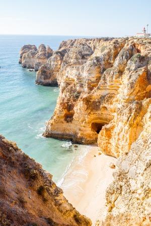 ポルトガルのラゴス市付近、ポンタダピエダデの美しい砂浜のビーチのトップ ビュー 写真素材
