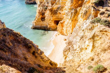 ポルトガルのラゴス市に近いポンタ・ダ・ピエダーデの美しい砂浜のトップビュー
