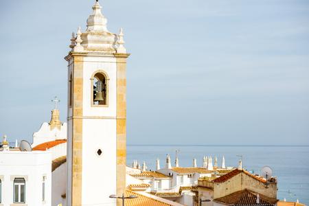 旧市街は美しい白い家、南ポルトガルのアルブフェイラ市の鐘桜に景観ビュー