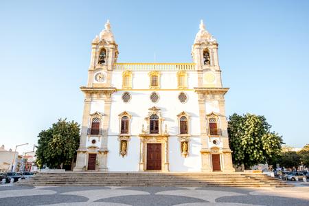 南ポルトガルのファロ市カルモ教会のファサードに表示します。 写真素材