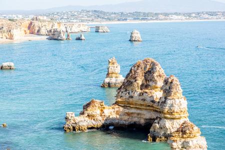 포르투갈의 남쪽에 라고스 도시 근처 일출 동안 Ponta 다 Piedade에 바위 해안선에 아름 다운 풍경보기 스톡 콘텐츠
