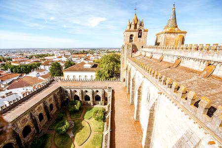 Uitzicht op het terras van de belangrijkste kathedraal met prachtige toren en binnenplaats in de stad Evora in Portugal