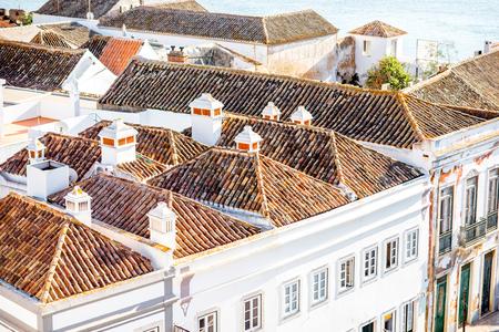포르투갈의 남쪽에있는 파로 (Faro)의 아름다운 옥상이있는 구시가의 멋진 풍경보기 스톡 콘텐츠
