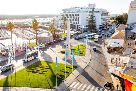 FARO, PORTUGAL - 02 de outubro de 2017: Vista superior na rua central com porto e hotel em Faro resort no sul de Portugal Foto de archivo - 90560074