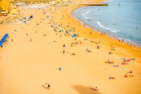ALBUFEIRA, 포르투갈 - 2017 년 10 월 1 일 : 포르투갈의 남쪽에 Albufeira 리조트에있는 사람들과 해변에서 볼 에디토리얼