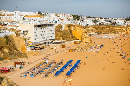 アルブフェイラ, ポルトガル - 10月 01, 2017: ポルトガル南部のアルブフェイラリゾートで人々とビーチで景色