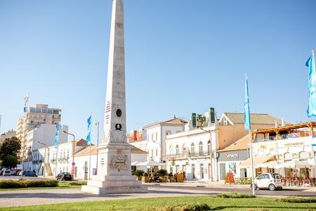 FARO, ポルトガル - 10月 02, 2017: ポルトガル南部のファロ市の柱のモニュメントとストリートビュー